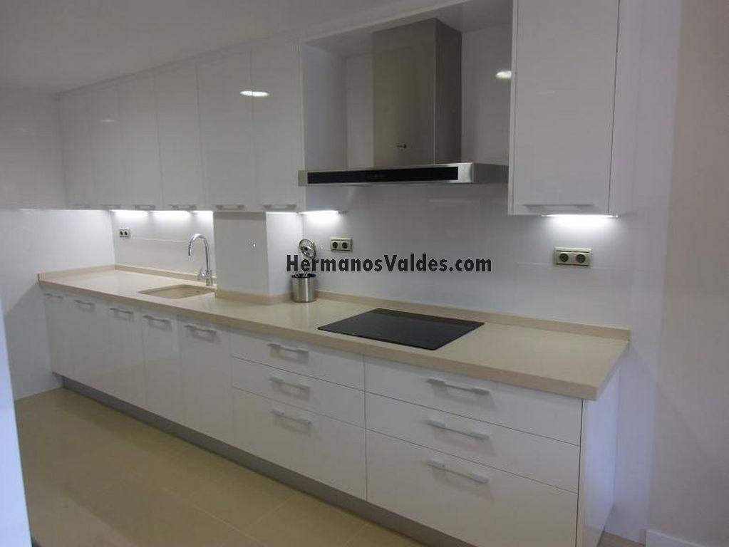 Muebles de cocina hermanos vald s armarios y - Cocina blanca con encimera blanca ...