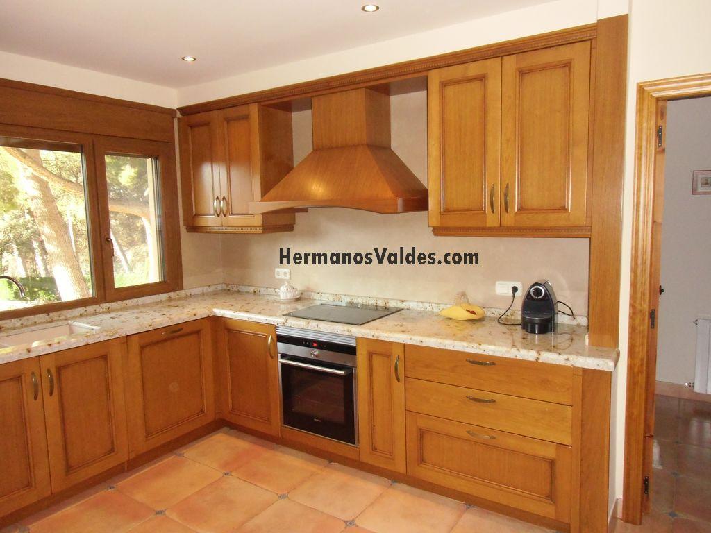 muebles de cocina con puerta rustica en roble y encimera en granito de