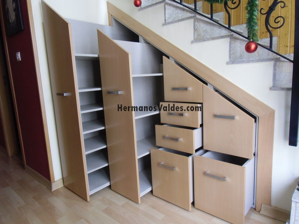 Armarios y vestidores hermanos vald s armarios y for Biblioteca debajo de la escalera